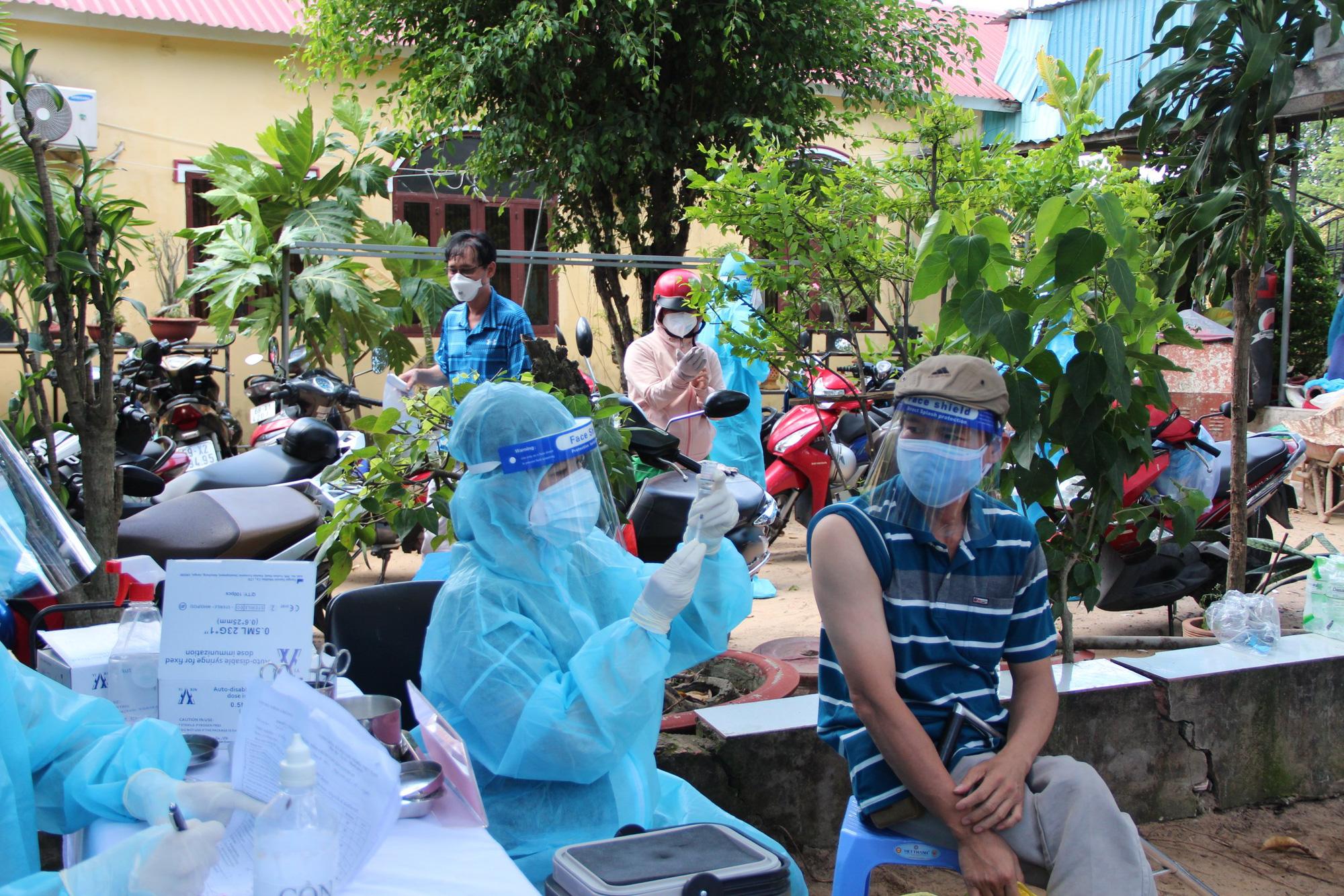 Đội tiêm ngừa vaccine COVID-19 lưu động cho người dân khu vực phong tỏa - Ảnh 7.