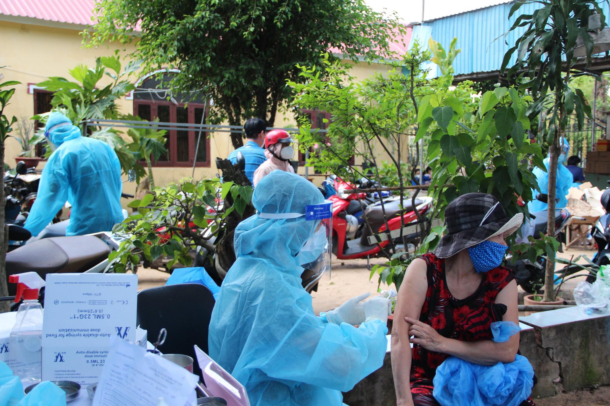 Đội tiêm ngừa vaccine COVID-19 lưu động cho người dân khu vực phong tỏa - Ảnh 8.