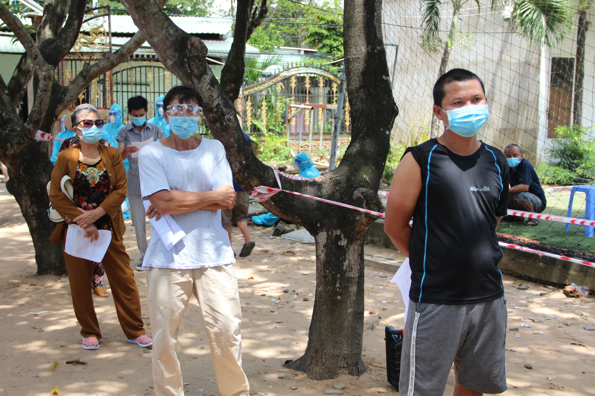 Đội tiêm ngừa vaccine COVID-19 lưu động cho người dân khu vực phong tỏa - Ảnh 3.