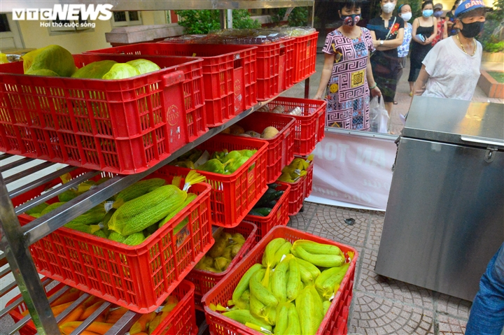 Bên trong điểm bán hàng lưu động mở ngay giữa sân trường ở Hà Nội - Ảnh 4.