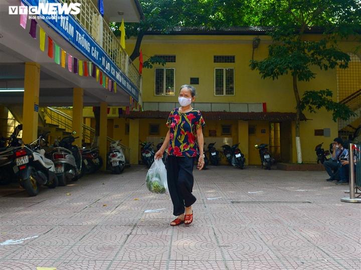 Bên trong điểm bán hàng lưu động mở ngay giữa sân trường ở Hà Nội - Ảnh 14.