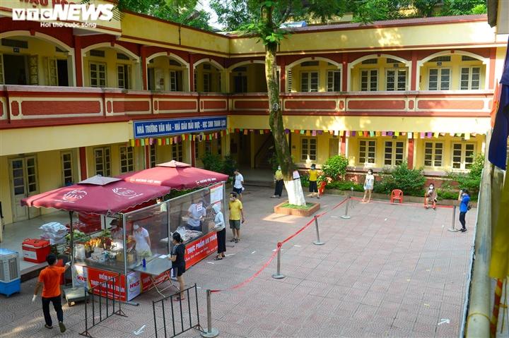 Bên trong điểm bán hàng lưu động mở ngay giữa sân trường ở Hà Nội - Ảnh 1.