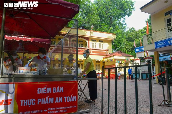 Bên trong điểm bán hàng lưu động mở ngay giữa sân trường ở Hà Nội - Ảnh 15.