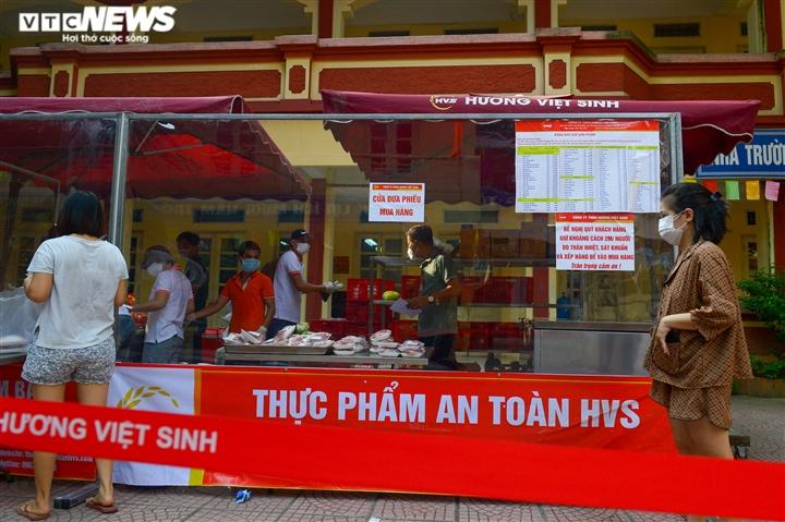 Bên trong điểm bán hàng lưu động mở ngay giữa sân trường ở Hà Nội - Ảnh 10.