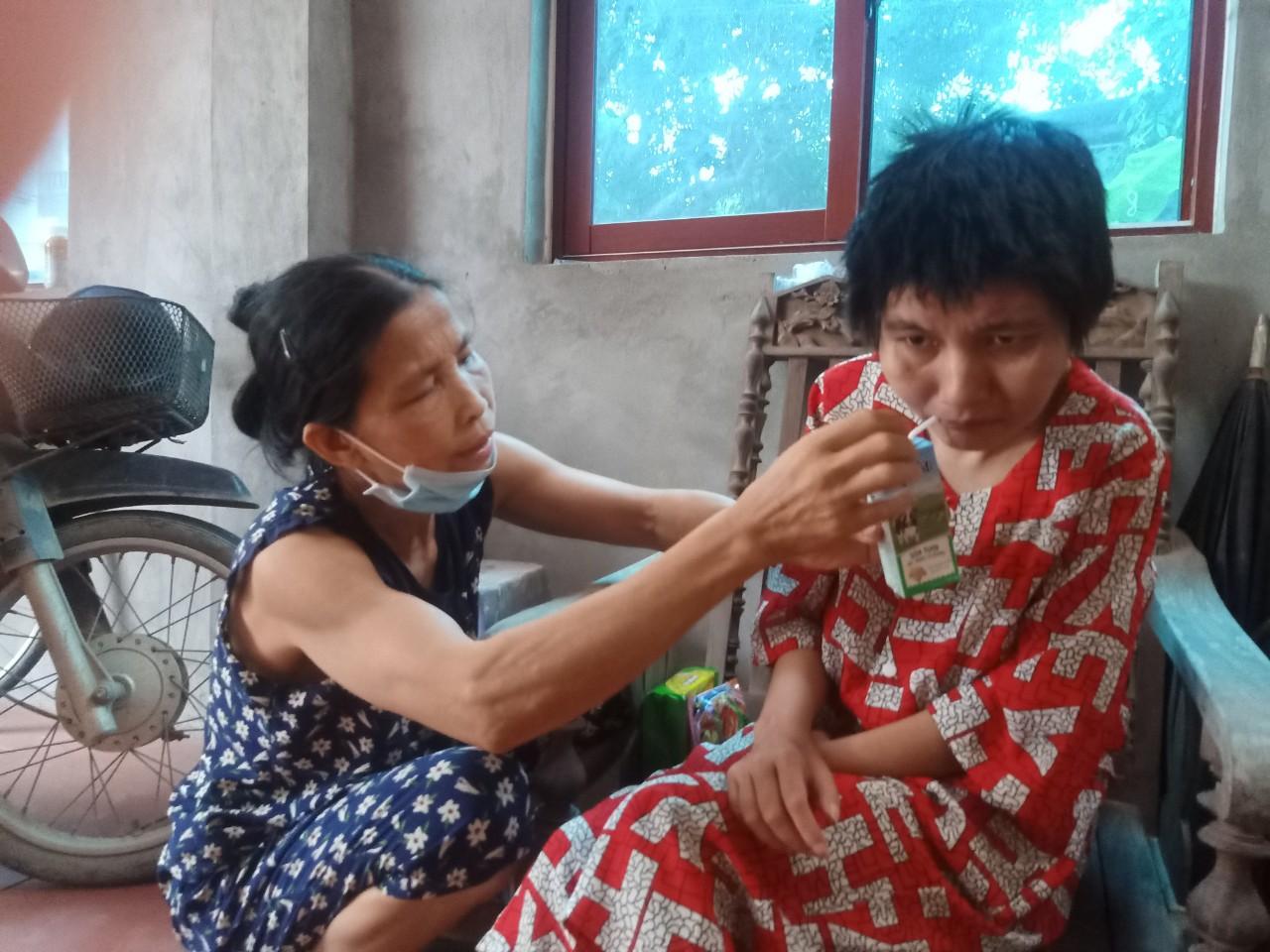 Gánh nặng đổ dồn lên vai người phụ nữ khi chồng, con lần lượt đổ bệnh - Ảnh 2.