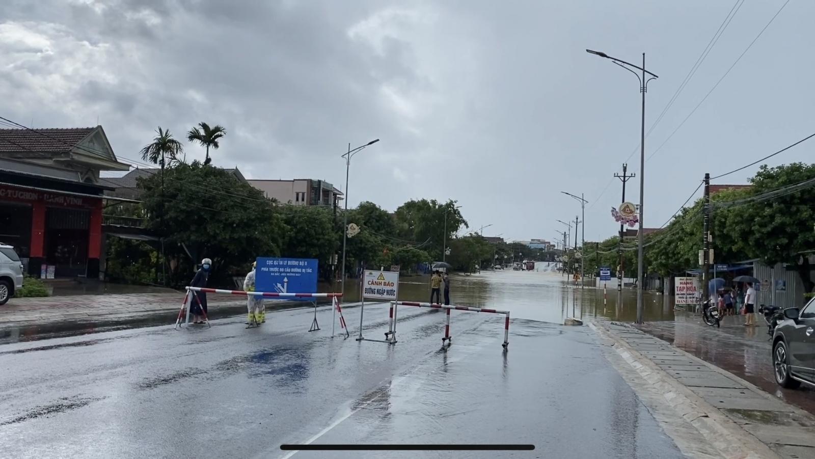Hà Tĩnh: Mưa lớn trong nhiều giờ, Quốc lộ 1A bị chia cắt - Ảnh 1.