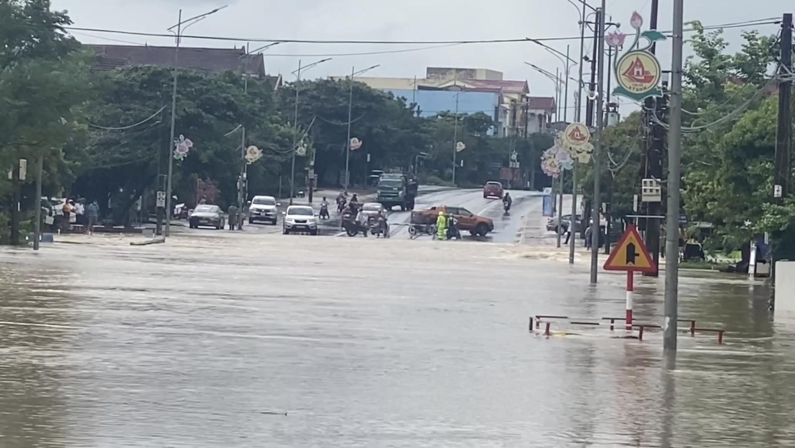 Hà Tĩnh: Mưa lớn trong nhiều giờ, Quốc lộ 1A bị chia cắt - Ảnh 3.