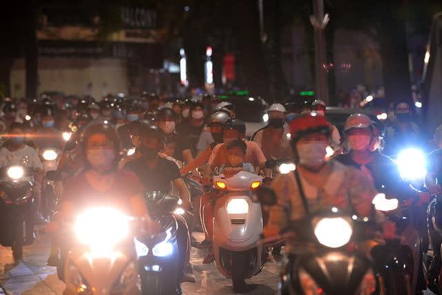 Thủ tướng yêu cầu không để tụ tập đông người nơi công cộng, xử lý nghiêm các trường hợp vi phạm, ngăn chặn nguy cơ lây nhiễm cộng đồng - Ảnh 1.