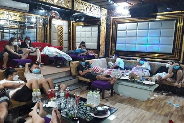 54 nam, nữ tụ tập hát karaoke và sử dụng ma túy giữa mùa dịch Covid-19 - Ảnh 1.