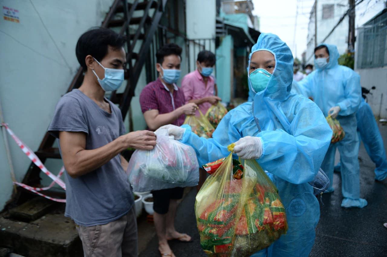 Ca sĩ Thái Thùy Linh nói về việc từ thiện: Công chúng đòi hỏi ở nghệ sĩ nhiều quá - Ảnh 2.