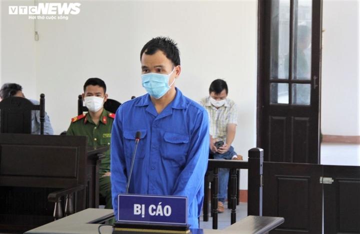 Đánh công an trực chốt kiểm dịch, nam thanh niên lãnh án 30 tháng tù - Ảnh 1.