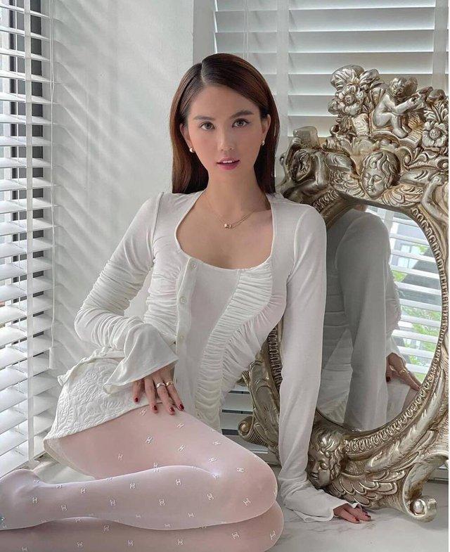 Tiểu Vy đẹp tinh khôi với áo dài, Việt Hương đăng ảnh gia đình hạnh phúc  - Ảnh 5.