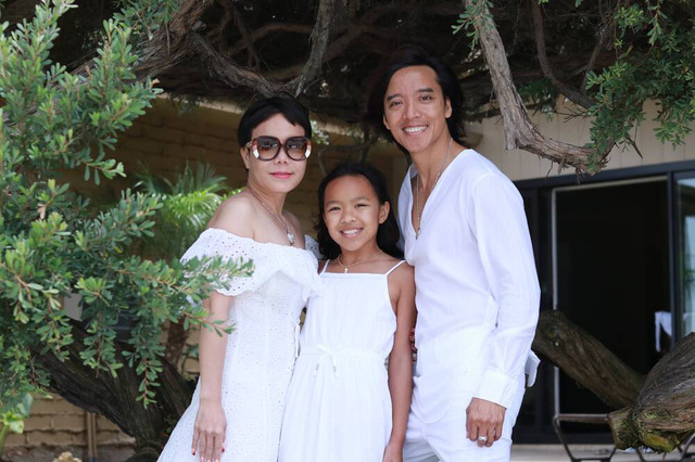 Tiểu Vy đẹp tinh khôi với áo dài, Việt Hương đăng ảnh gia đình hạnh phúc  - Ảnh 2.