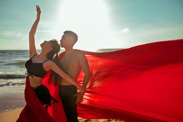 Thu Trang khoe nhan sắc mặn mà, Khánh Thi - Phan Hiển khiêu vũ bên bờ biển - Ảnh 2.