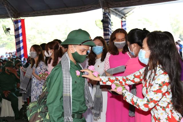 Thiếu tướng Lê Quốc Hùng - Thứ trưởng Bộ Công an dự lễ giao nhận quân tại Đồng Nai - Ảnh 2.
