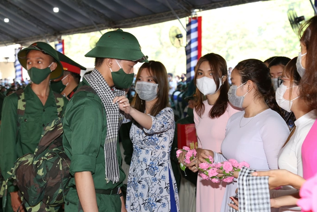 Thiếu tướng Lê Quốc Hùng - Thứ trưởng Bộ Công an dự lễ giao nhận quân tại Đồng Nai - Ảnh 4.