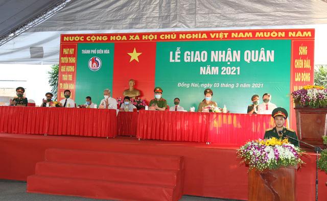 Thiếu tướng Lê Quốc Hùng - Thứ trưởng Bộ Công an dự lễ giao nhận quân tại Đồng Nai - Ảnh 1.
