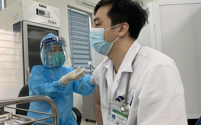 Hơn 55.000 người Việt Nam được tiêm chủng an toàn vaccine phòng COVID-19 sau 1 tháng triển khai - Ảnh 1.