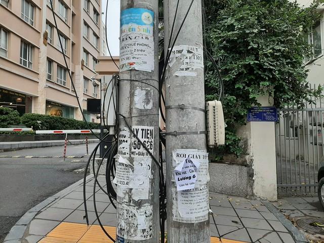 Phố phường Hà Nội nhếch nhác vì 'rác' quảng cáo - Ảnh 2.
