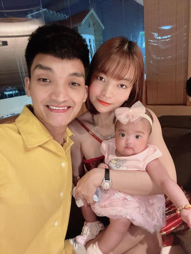Hà Tăng khoe vẻ gợi cảm, Mạc Văn Khoa đăng ảnh gia đình hạnh phúc  - Ảnh 2.
