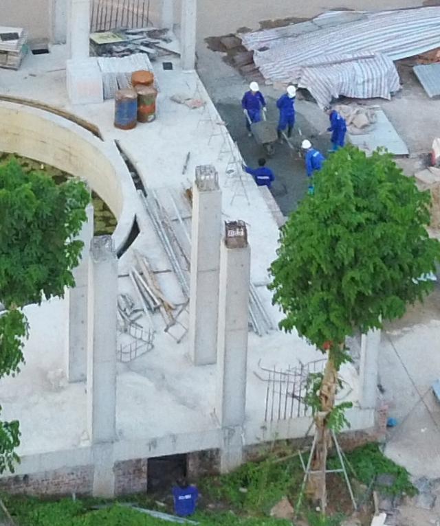 """Hà Nội: Bất chấp Chỉ thị 16, hàng chục công nhân vẫn thi công """"chui"""" tại Dự án QMS Tower 2 - Ảnh 1."""
