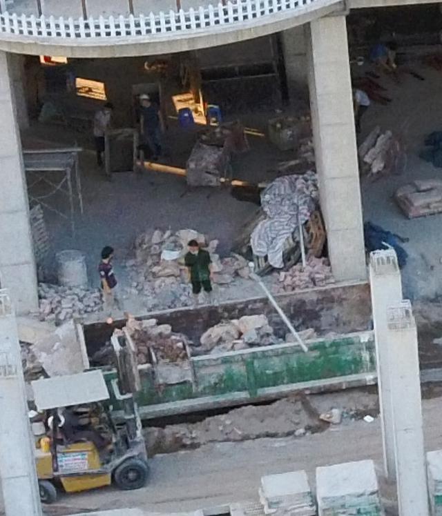 """Hà Nội: Bất chấp Chỉ thị 16, hàng chục công nhân vẫn thi công """"chui"""" tại Dự án QMS Tower 2 - Ảnh 3."""
