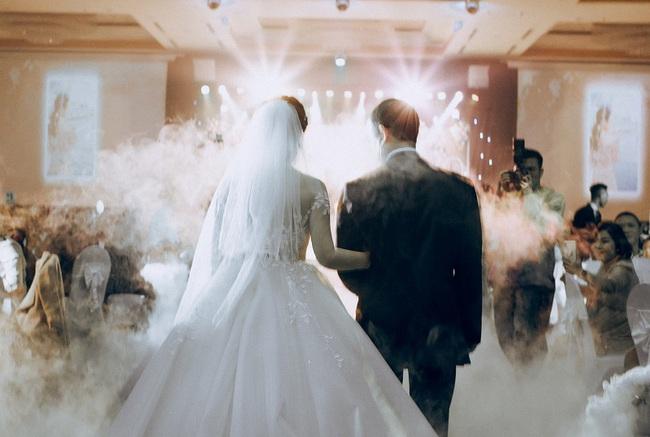 """Hot vblogger tiết lộ lý do các cặp đôi """"mê mẩn"""" tiệc cưới tối giản  - Ảnh 5."""