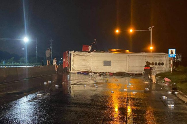 Xe tải đối đầu với xe khách, 2 tài xế thương vong  - Ảnh 4.