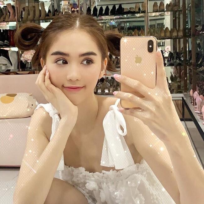 Ngọc Trinh khoe nhan sắc hack tuổi, Mỹ Linh đăng ảnh chụp '3 thế hệ' trong nhà - Ảnh 1.