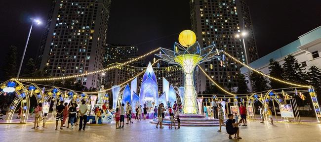 Ngắm đèn lồng hoa đăng khổng lồ, tận hưởng không gian Trung thu rực rỡ sắc màu ở Vincom - Ảnh 1.