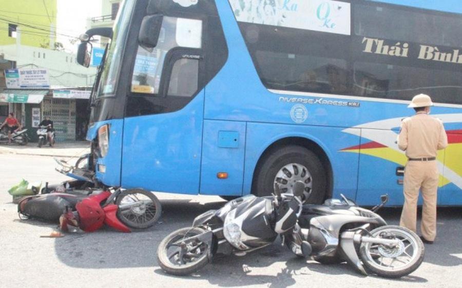Xe khách đâm nhiều xe máy đang dừng chờ đoàn xe tang chở liệt sỹ Đoàn 337, 3 người nhập viện
