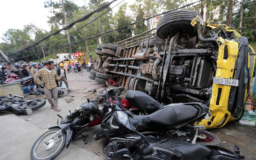 Xe tải chở bia trôi tự do, nghiền nát hàng chục xe máy