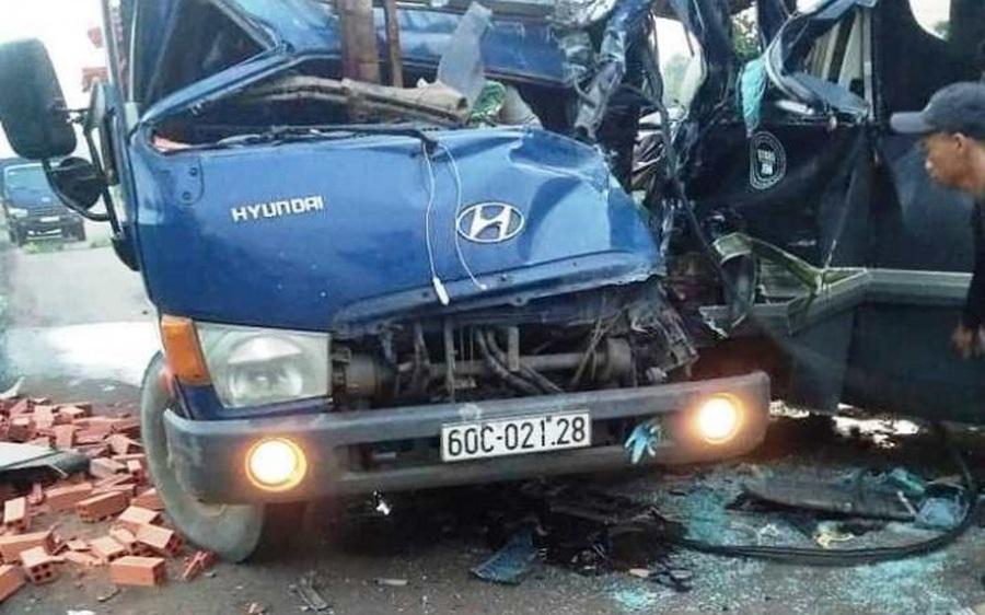 Xe tải đối đầu với xe khách, 2 tài xế thương vong