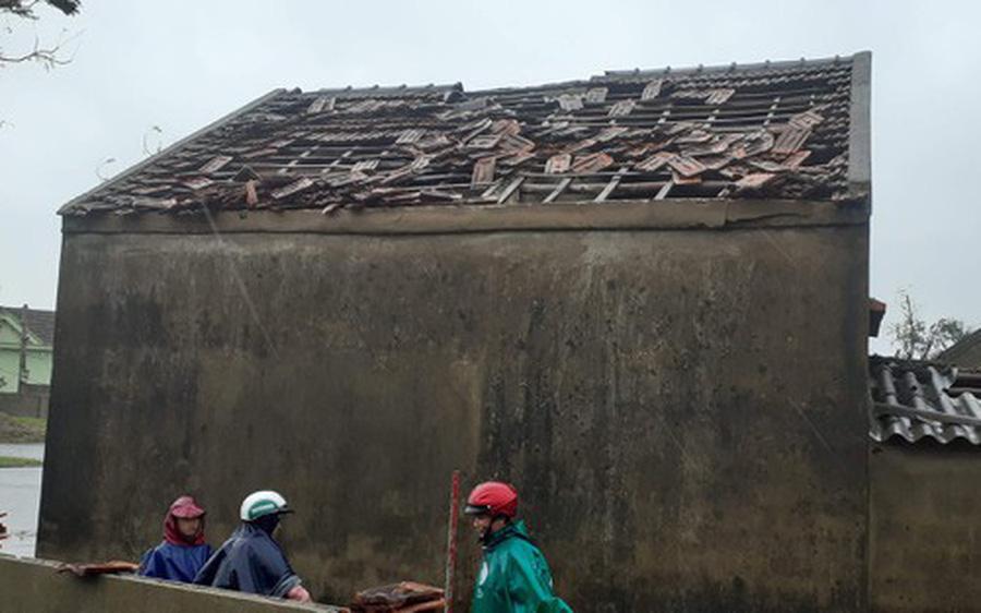 Hà Tĩnh: Lốc xoáy thổi tốc mái hàng chục nhà dân