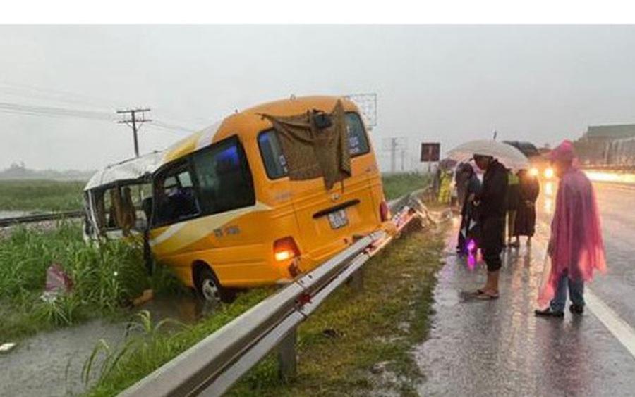 Xe khách mất lái tông vào dải phân cách, 4 người thương vong