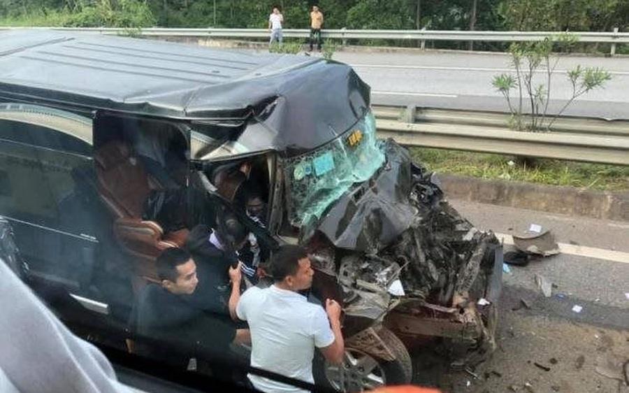 Tin TNGT ngày 29/11: Xe khách 16 chỗ bất ngờ tông vào đuôi xe đầu kéo, 8 người nhập viện