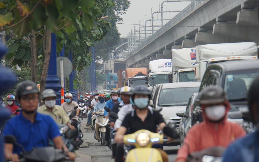 Ảnh: Kẹt xe từ sáng đến trưa ở phía Đông Sài Gòn, tài xế mở cửa xuống ngắm cảnh