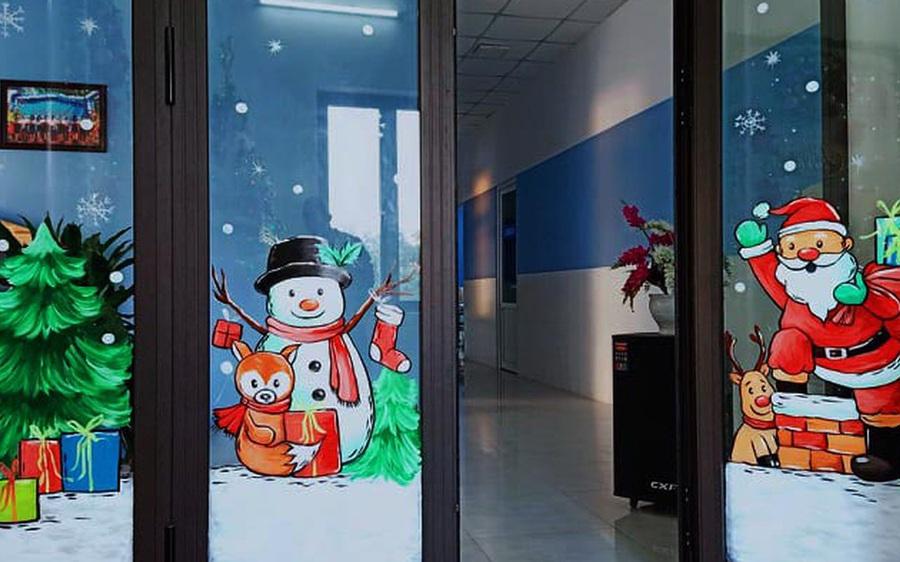 """Ông già Noel hân hoan bay trên cửa kính, """"xin"""" luôn chủ quán 2 triệu đồng"""