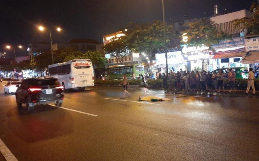 Băng qua đại lộ, người phụ nữ bị xe khách cán tử vong