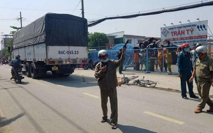 Va chạm kinh hoàng với xe tải, bé gái tử vong thương tâm trên đường đi học về