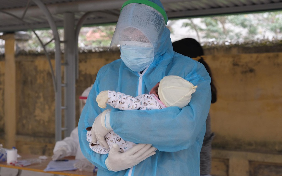 Hải Dương: Em bé 21 ngày tuổi dương tính với SARS-CoV-2 được đưa đi cách ly