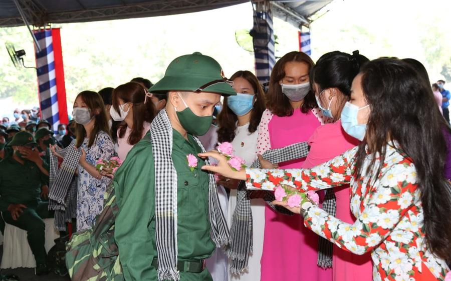 Thiếu tướng Lê Quốc Hùng - Thứ trưởng Bộ Công an dự lễ giao nhận quân tại Đồng Nai