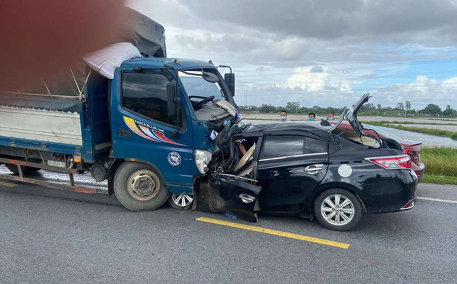 Clip: Khoảnh khắc ô tô chạy tốc độ cao, đâm trực diện xe tải khiến 3 người tử vong tại chỗ
