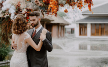 """Hot vblogger tiết lộ lý do các cặp đôi """"mê mẩn"""" tiệc cưới tối giản"""