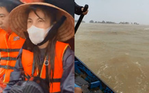 """Thủy Tiên quần áo ướt sũng lênh đênh trên """"biển nước lũ"""" ở Quảng Bình, đã cứu thêm được người già và trẻ em khỏi vùng nguy hiểm"""