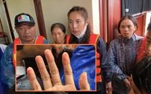 Xúc động hình ảnh bàn tay Thuỷ Tiên nhăn nheo sau nhiều ngày lội nước lũ cứu trợ miền Trung và câu chuyện đáng quý đằng sau