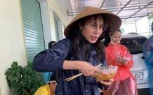 Hình ảnh Thủy Tiên mặt bơ phờ đứng ăn vội bữa lót dạ khi đi cứu trợ gây xôn xao