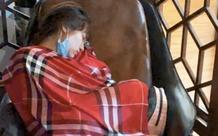 Hòa Minzy lộ mặt mộc phờ phạc, ngủ gật ở sân bay sau 2 ngày thức trắng đi cứu trợ miền Trung