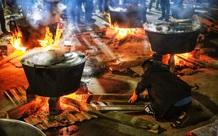 """Trắng đêm nổi lửa vì miền Trung ruột thịt: Cả xã huy động hết những chiếc nồi lớn nhất vùng, không ngủ nấu hàng nghìn chiếc bánh chưng mang lên chuyến xe cứu trợ """"thần tốc""""!"""