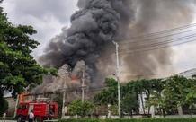 TP.HCM: Công ty sản xuất gỗ cháy rực trời, 3 nhà xưởng đổ sập trong tích tắc